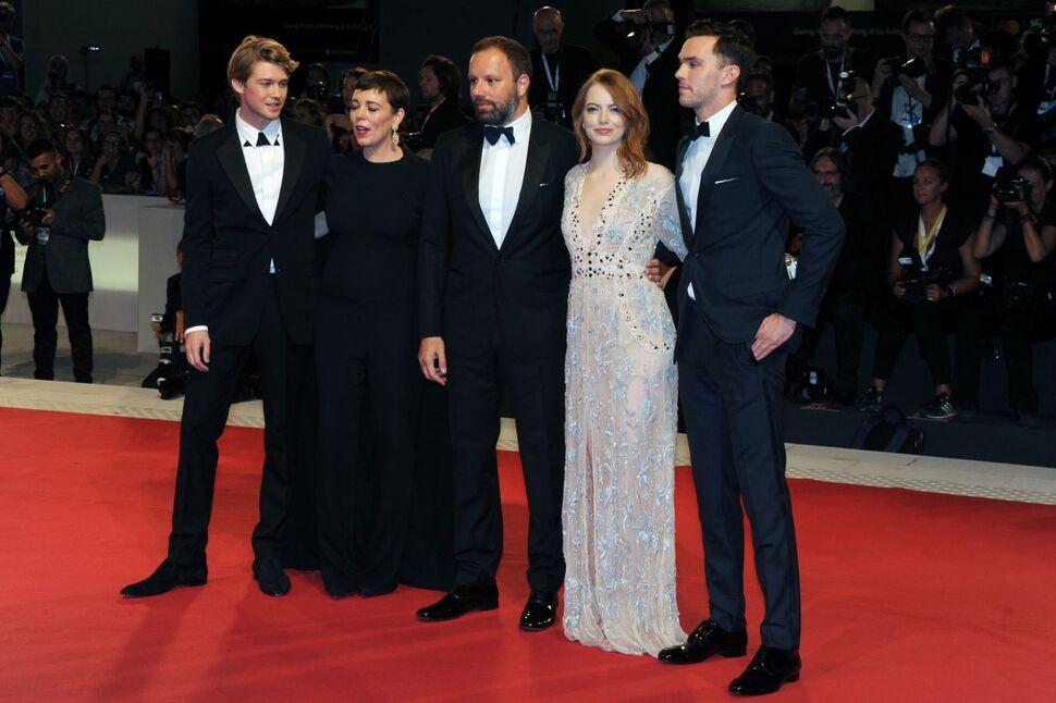 Венецианский кинофестиваль: Эмма Стоун, Джо Элвин и Николас Холт на премьере «Фаворитки»