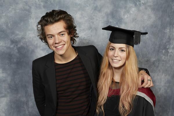 Гарри Стайлс поздравил сестру с окончанием университета