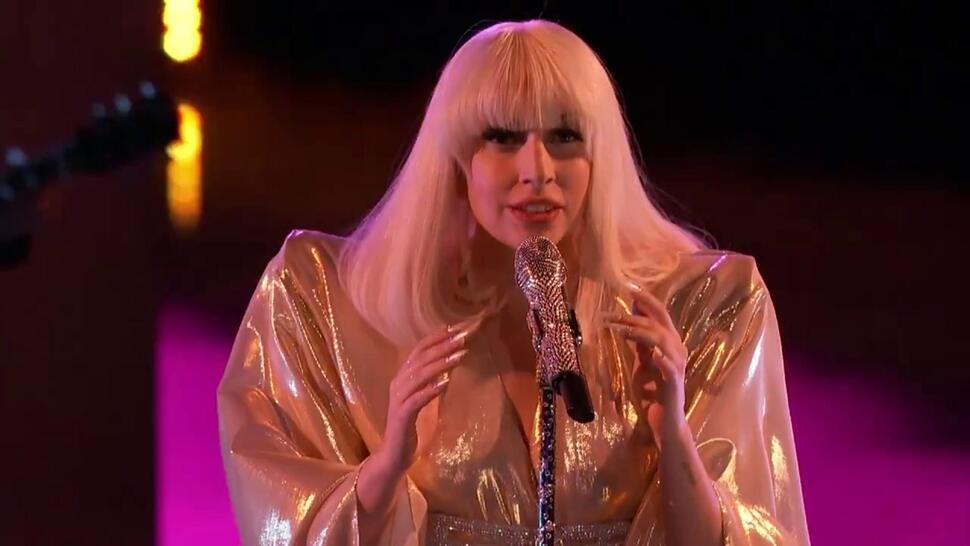 Lady GaGa поддерживает поклонников Джастина Бибера