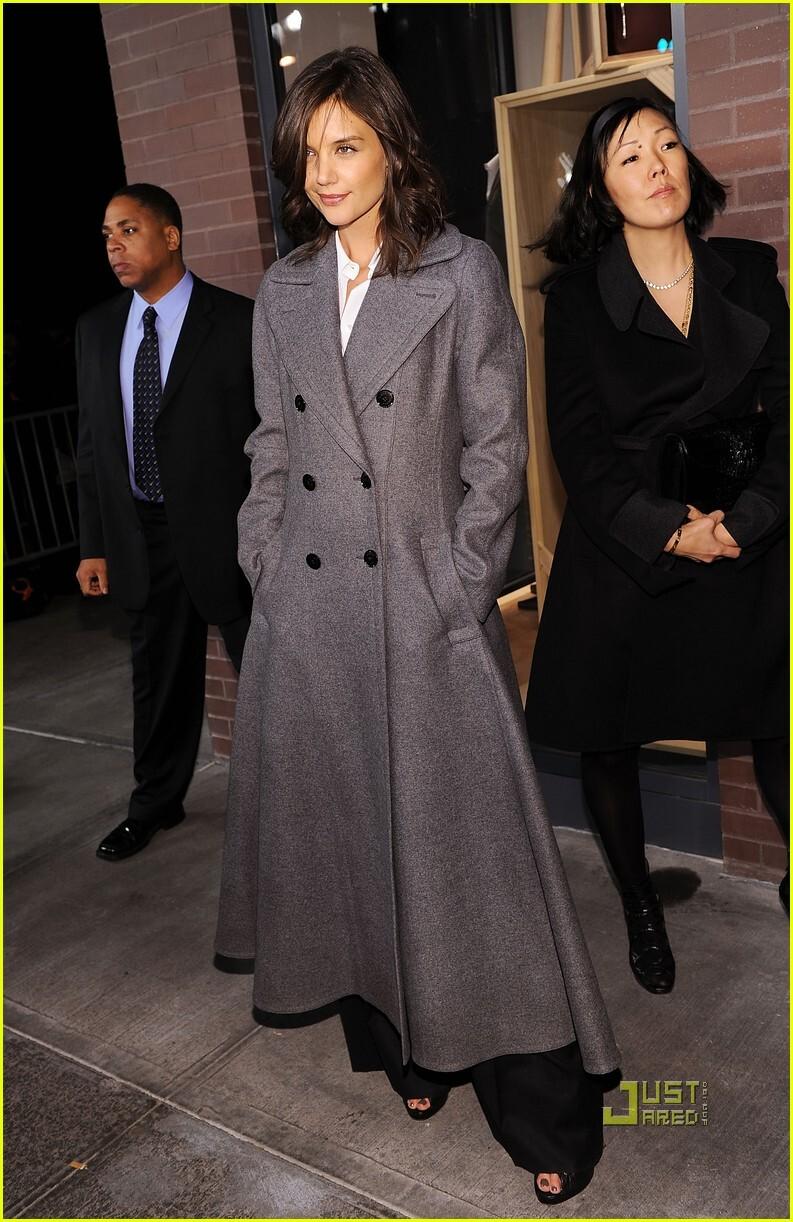 Кэти Холмс в длинном пальто от Hermes. 9 февраля