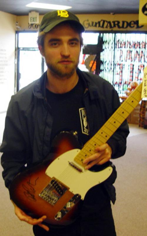 Роберт Паттинсон в музыкальном магазине