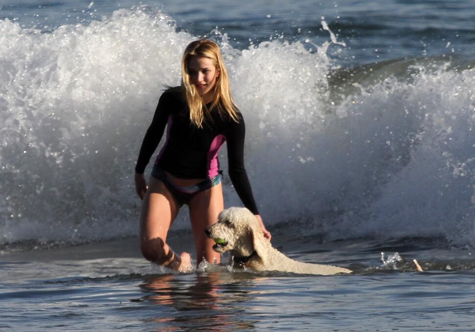Роузи Хантингтон-Уайтли на пляже в Малибу