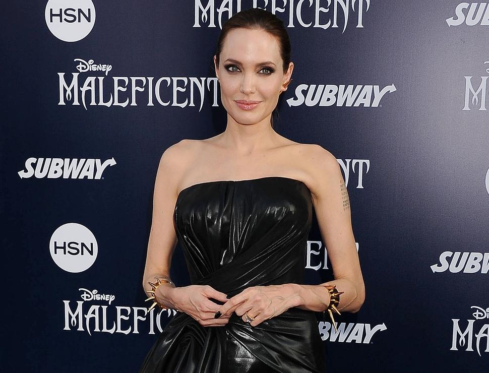 Видео: Анджелина Джоли разговаривает с отцом под воздействием наркотиков