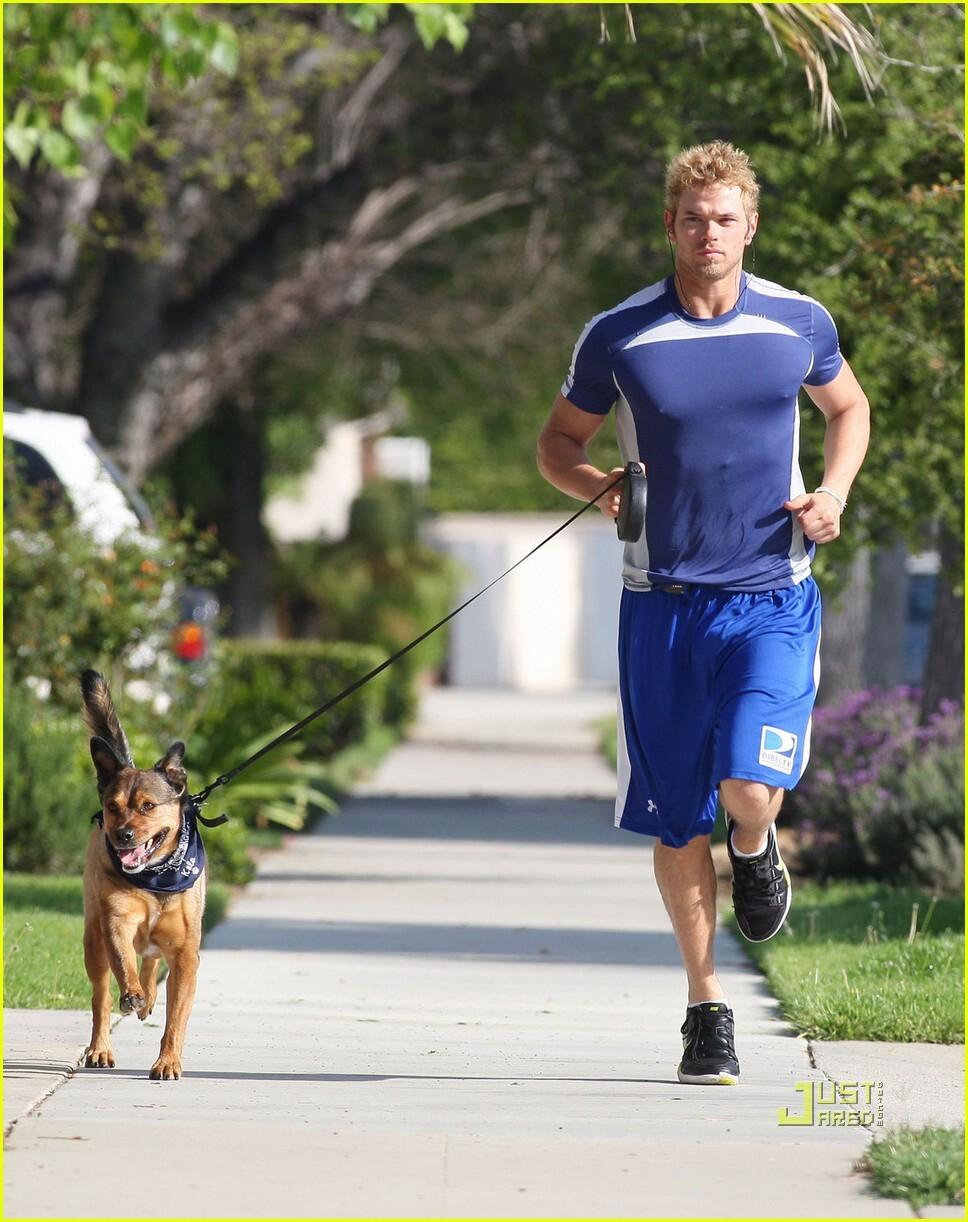 Келлан Латс со своей собакой Колой
