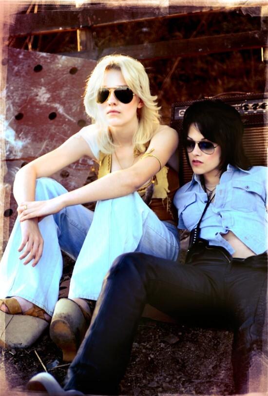 """Первое промо-фото Дакоты Фаннинг и Кристен Стюарт к фильму """"The Runaways"""""""
