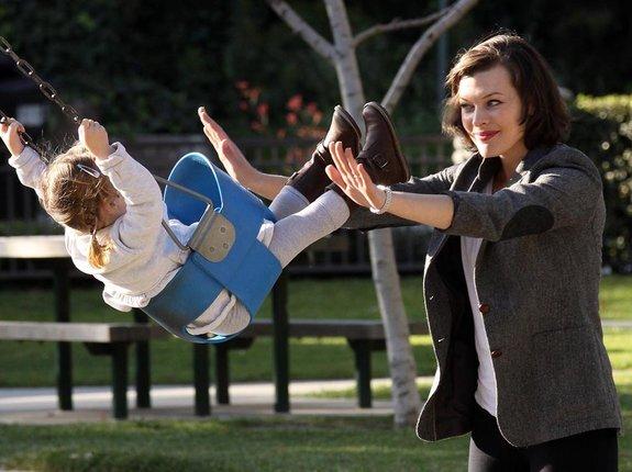 Милла Йовович со своей дочкой Эвер Габо в парке