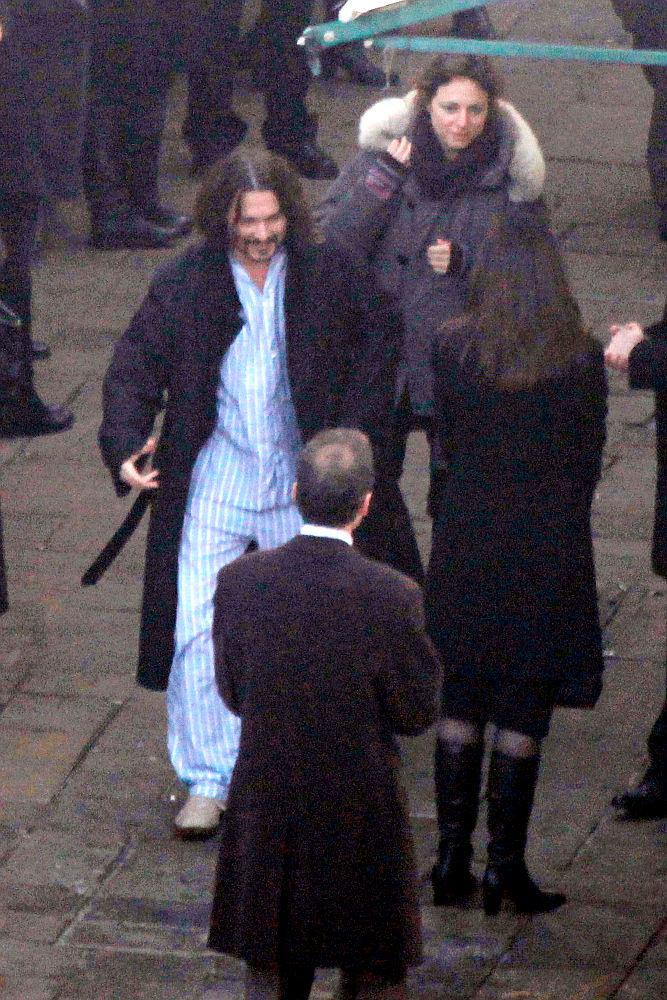 "Джонни Депп и его дублер в голубой пижаме на съемках фильма ""Турист"""