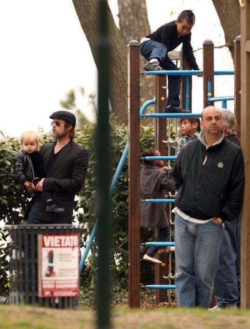 Брэд Питт гуляет с детьми в парке