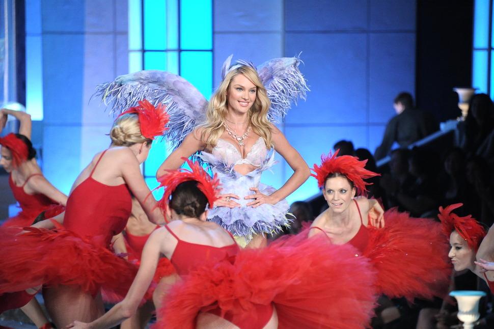 Видео с показа Victoria's Secret 2011