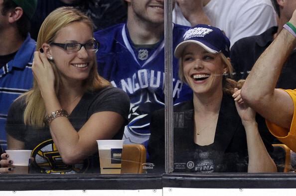 Рэйчел МакАдамс на хоккейном матче в Бостоне