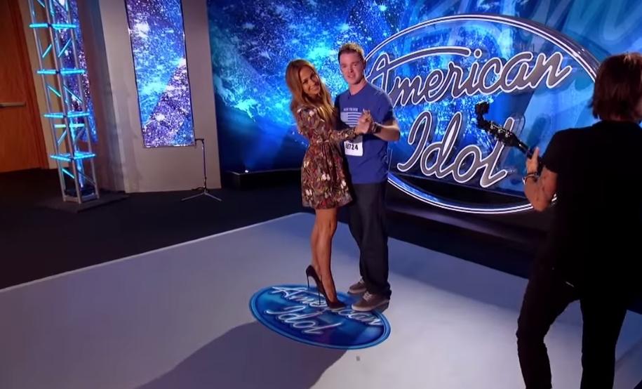 Дженнифер Лопес станцевала медленный танец с участником American Idol