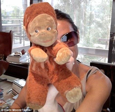 Деми Мур собирает игрушечных обезьян