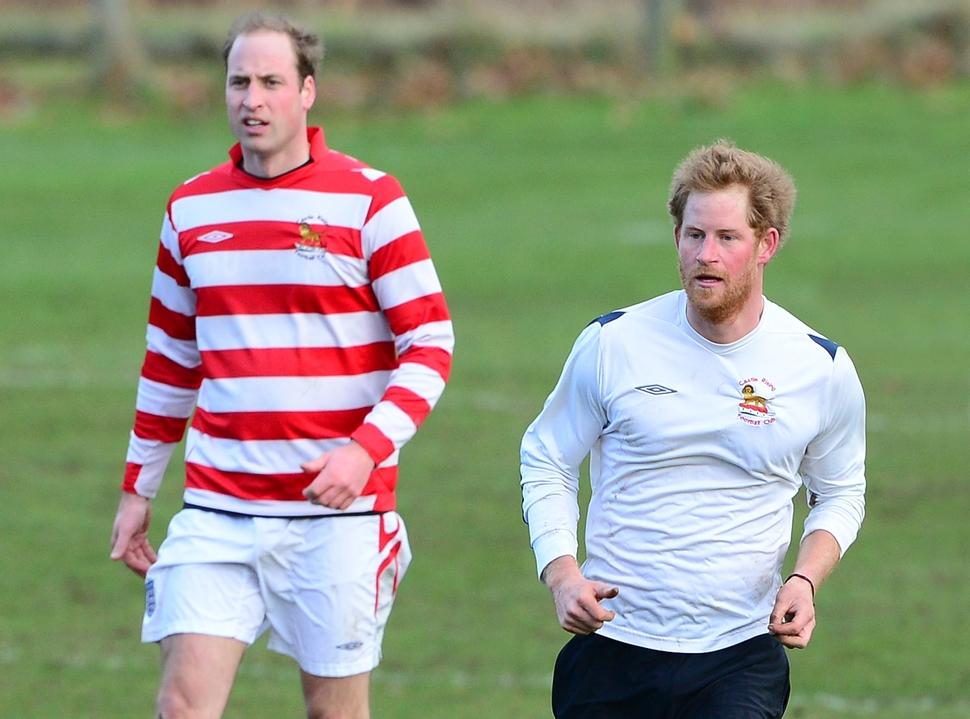 Принцы Уильям и Гарри сыграли в футбол