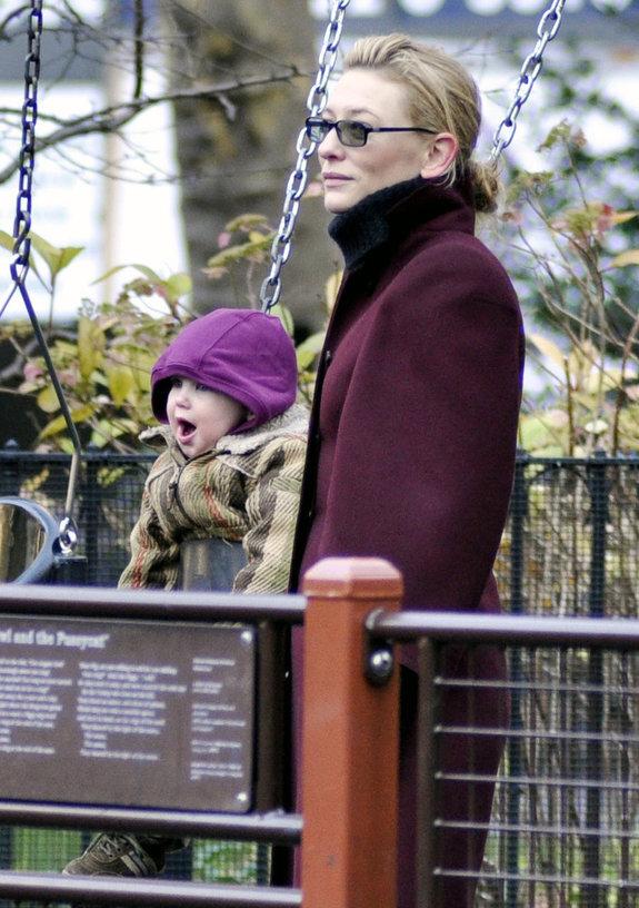 Кейт Бланшетт со своими детьми в парке