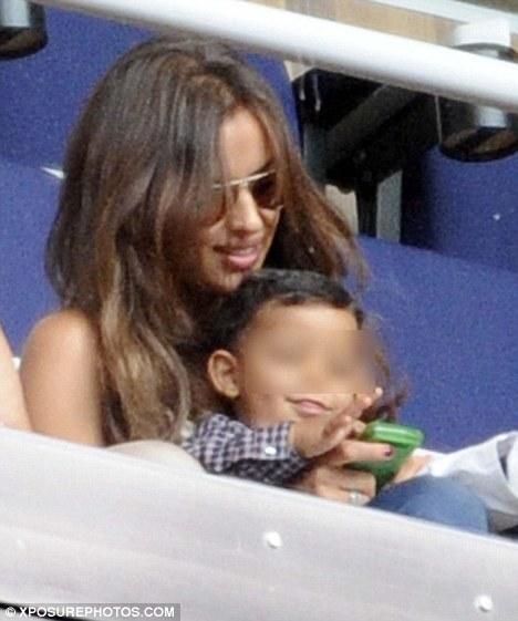 Ирина Шейк с сыном Криштиану Роналду пришла на футбольный матч