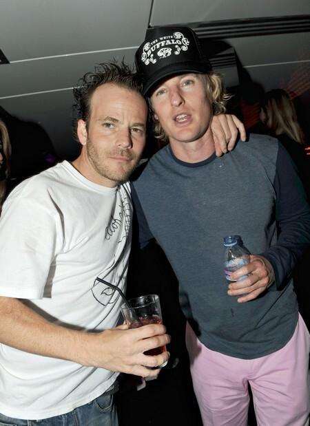 Оуэн Уилсон в розовых брюках