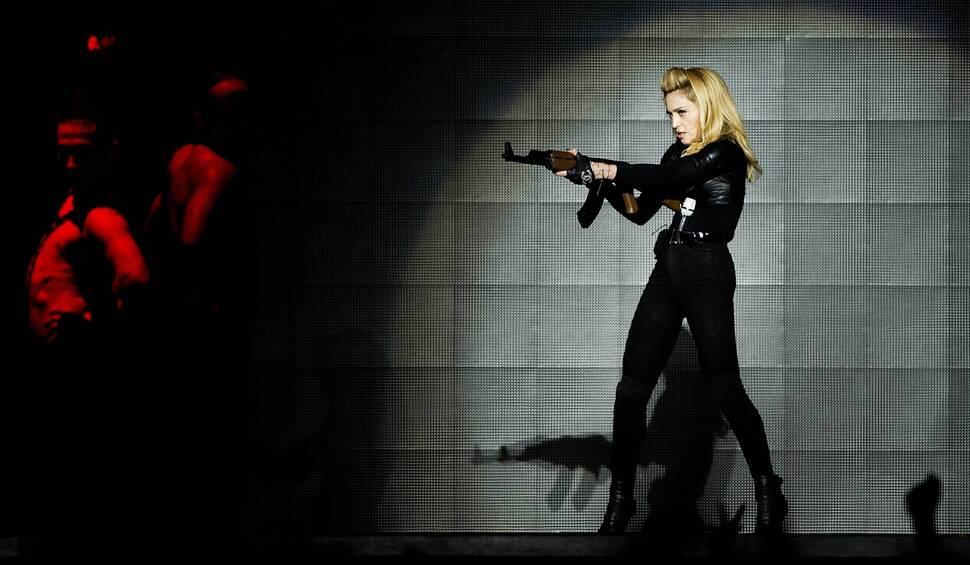 Французские политики подают на Мадонну в суд