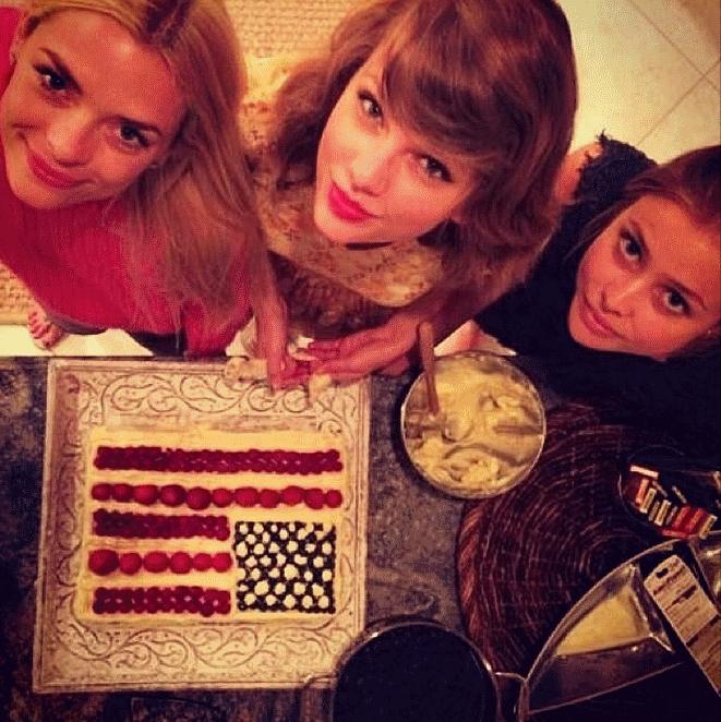 Видео: Тейлор Свифт отмечает День независимости вместе с Джейми Кинг