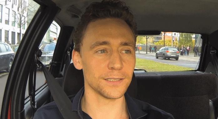 Видео: Том Хиддлстон поет в машине