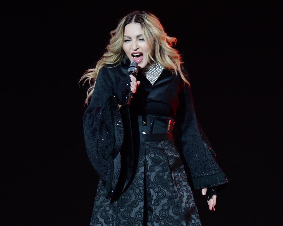 Мадонна раздела фанатку во время своего выступления