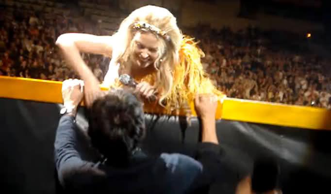 Кайли Миноуг остановила выступление, чтобы поцеловать своего бойфренда