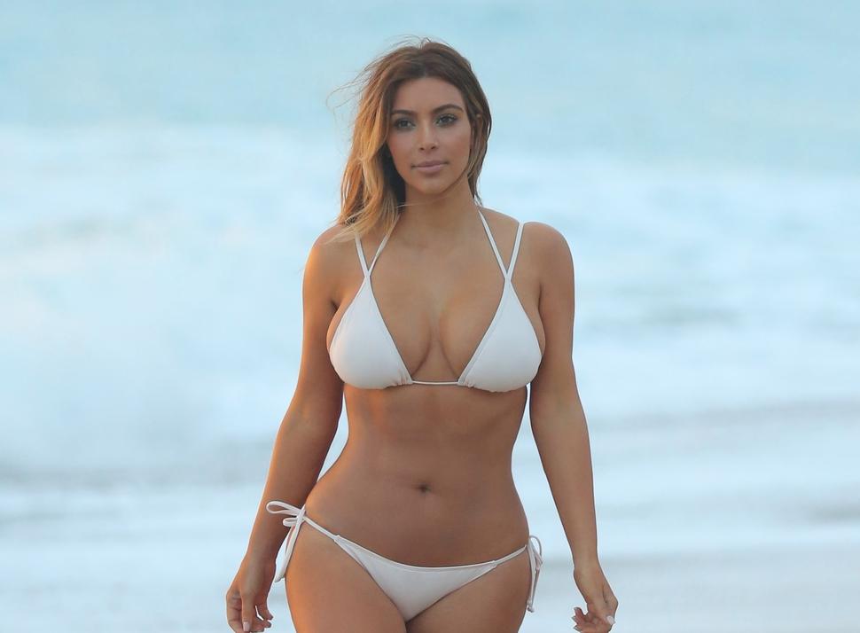 Ким Кардашян на пляже в Майами