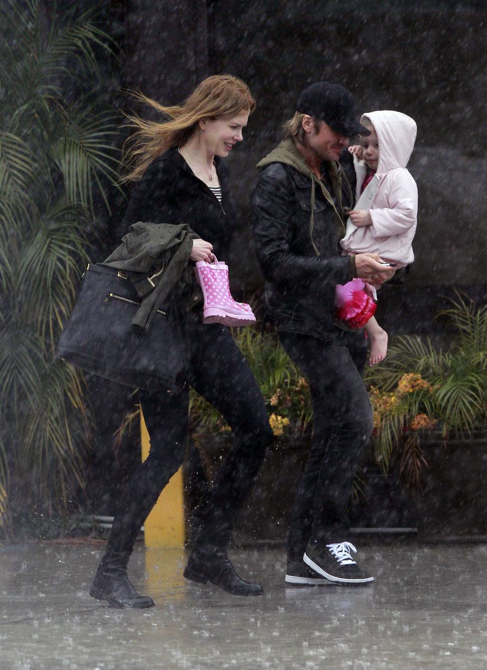 Николь Кидман попала под дождь