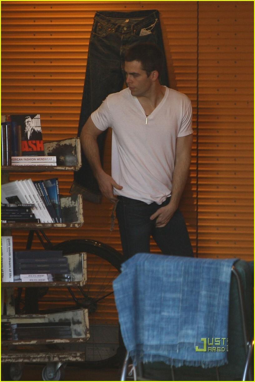 Крис Пайн мерит джинсы: главное, чтобы хорошо сидели!