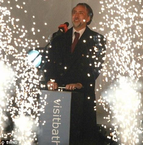 Николас Кейдж зажигает рождественские огни