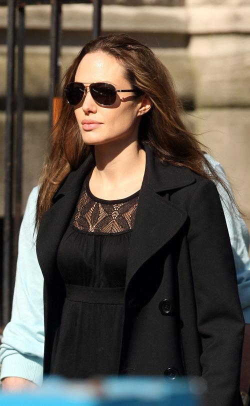 """Анджелина Джоли торопится на съемки фильма """"Солт"""""""