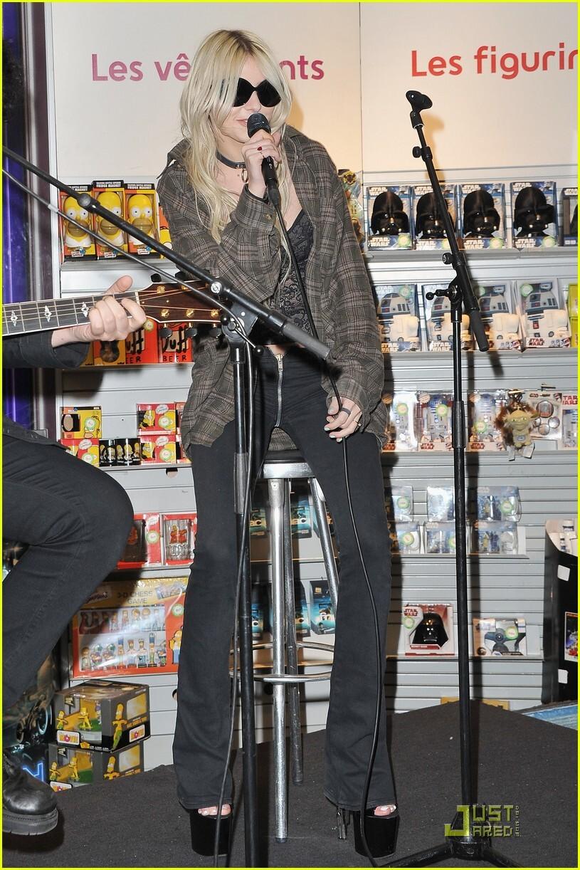 Новость дня: Тэйлор Момсен носит штаны!
