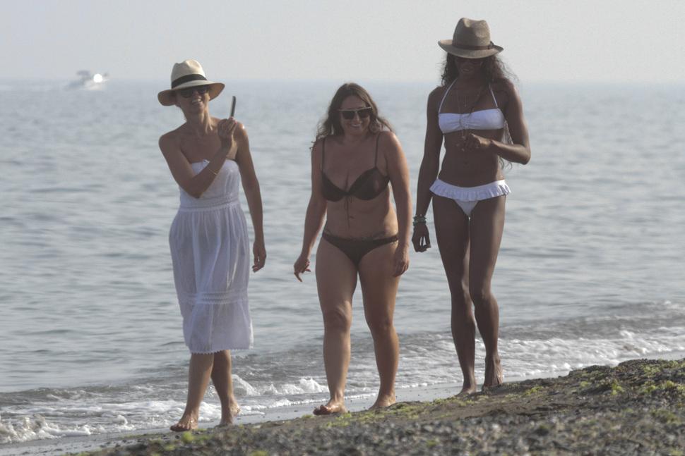 Наоми Кэмпбелл на пляже в Испании