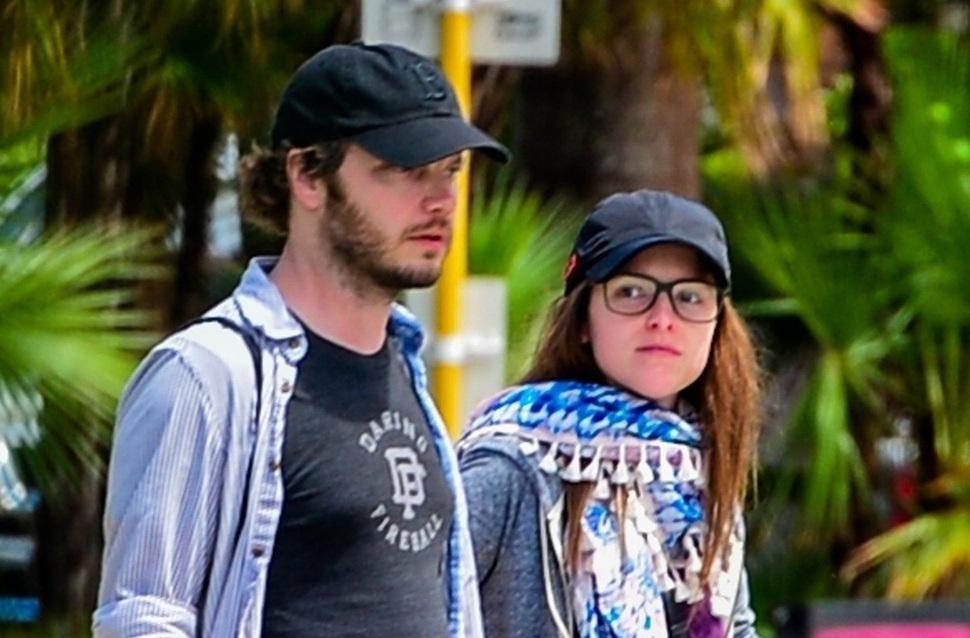 Редкий выход: Анна Кендрик с бойфрендом Беном Ричардсоном гуляет по Майами