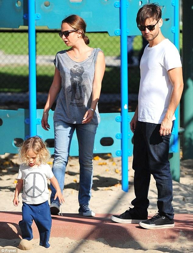 Тоби Магуайр с семьей в Санта-Монике