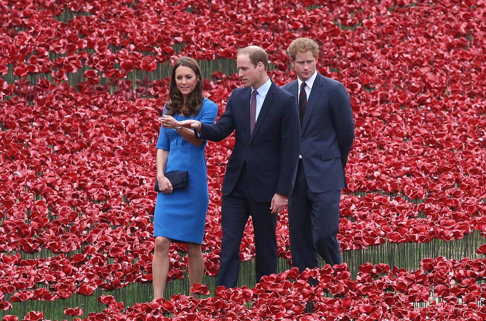 Кейт Миддлтон, принц Уильям и принц Гарри почтили память павших в Первой мировой войне