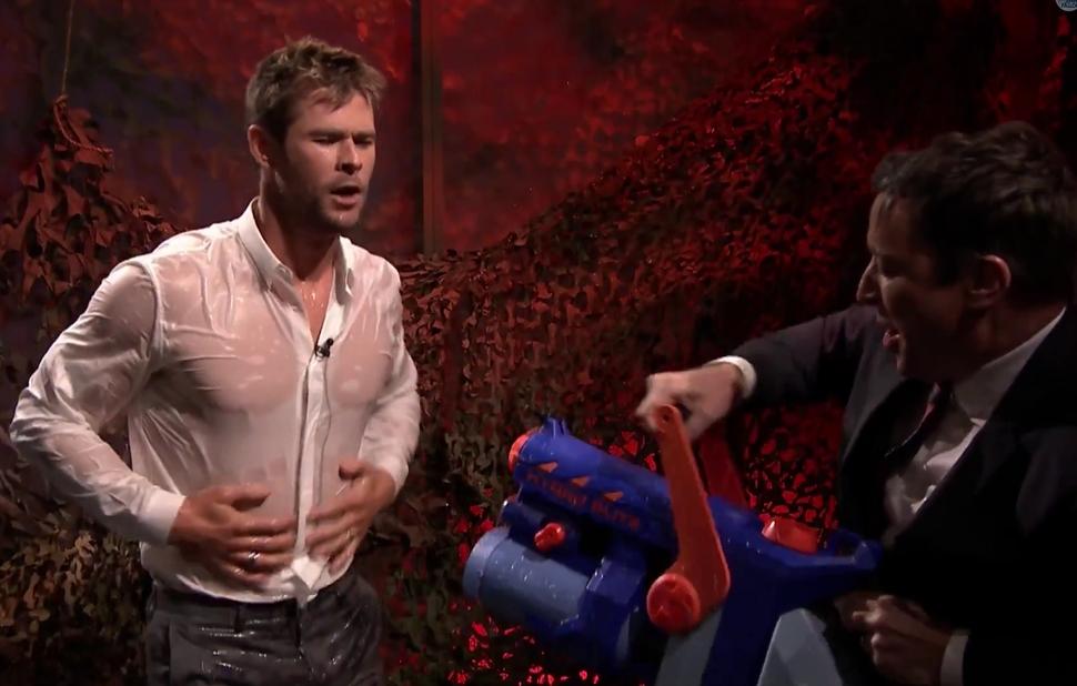 Видео: водная битва Криса Хемсворта и Джимми Фэллона