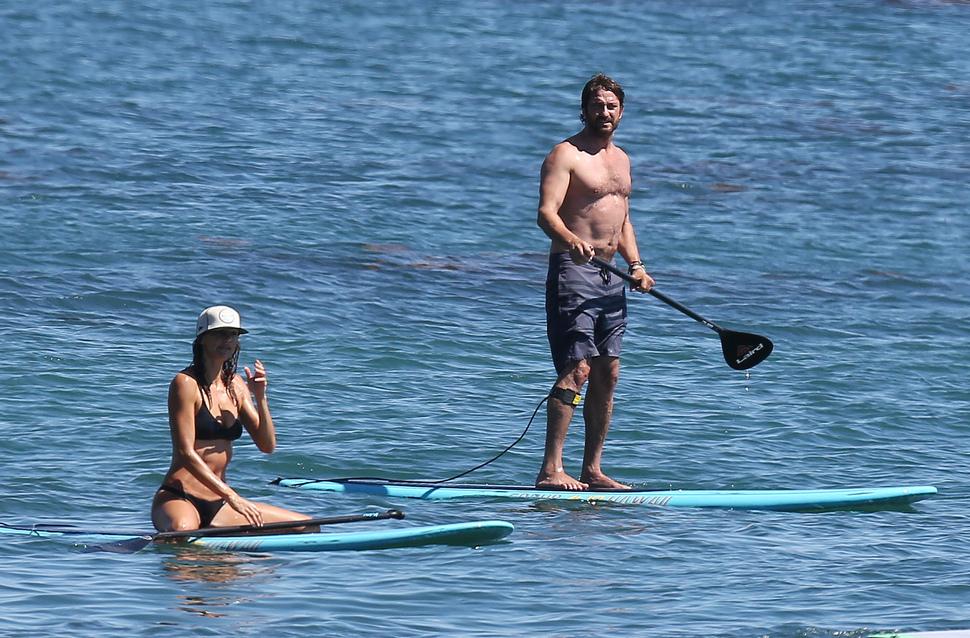 Джерард Батлер со своей девушкой на пляже Малибу