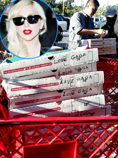 Lady GaGa купила своим фанатам пиццу