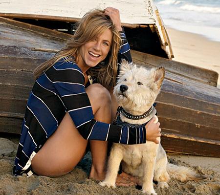 Дженнифер Энистон переживает из-за болезни собаки