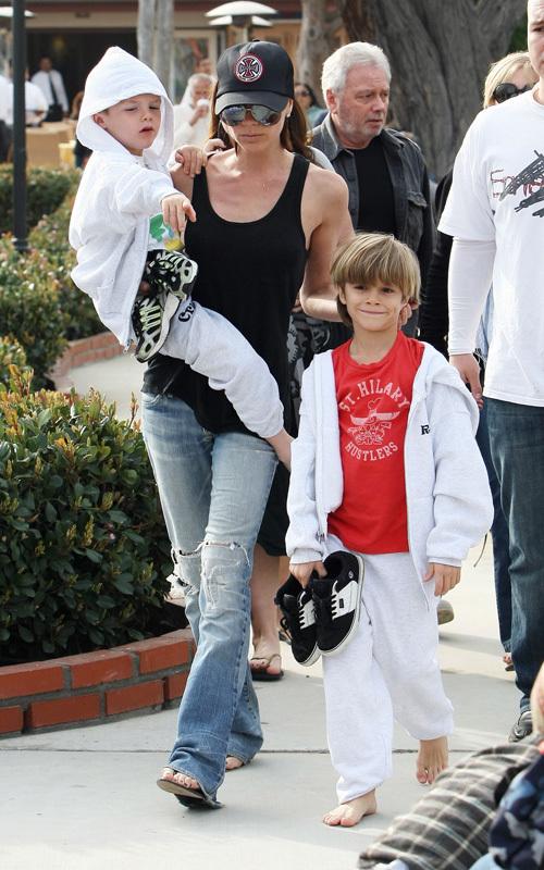 Виктория Бэкхем со своими сыновьями. 31 января