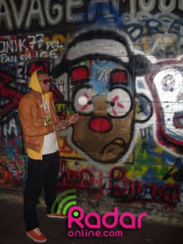 Крис Браун рисует граффити