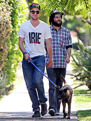 Роберт Паттинсон с щенком Медведем на прогулке