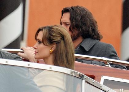 """Анджелина Джоли и Джонни Депп на съемках """"Туриста"""". 16 марта"""