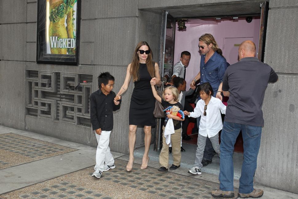Брэд Питт и Анджелина Джоли вместе с детьми побывали на мюзикле