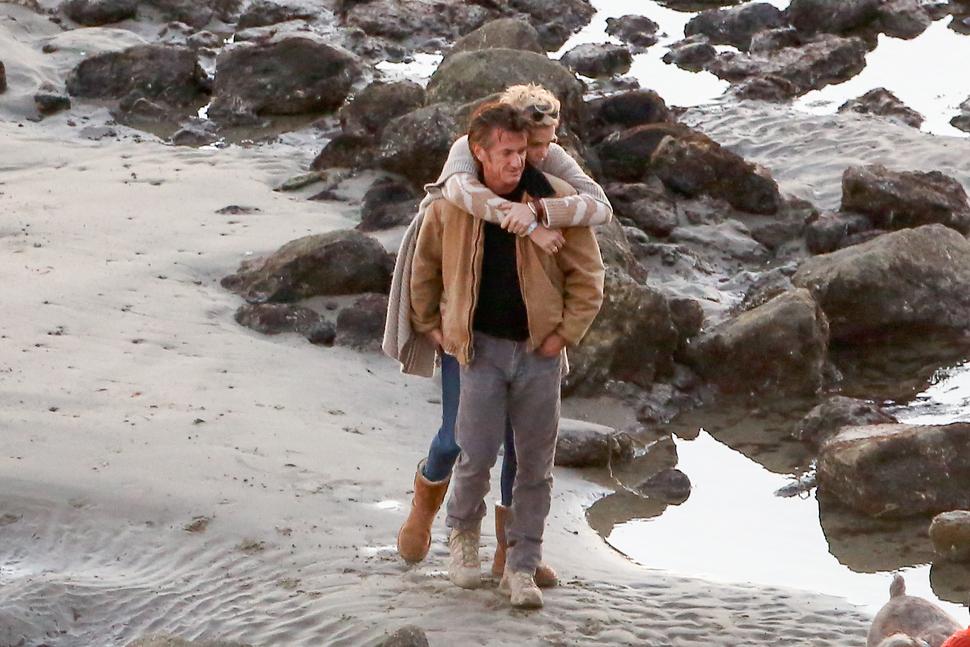 Шарлиз Терон и Шон Пенн на пляже в Малибу