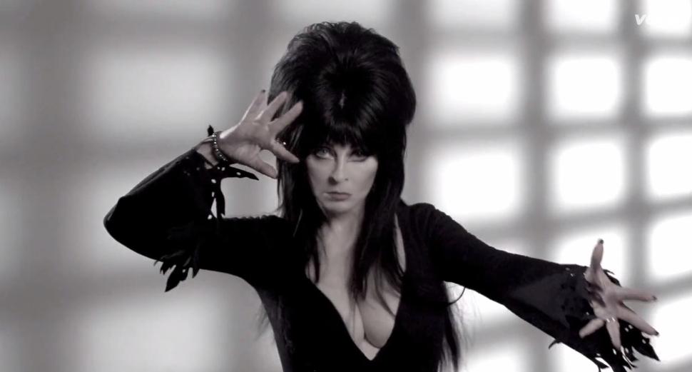 Эльвира-повелительница тьмы в клипе Райана Адамса