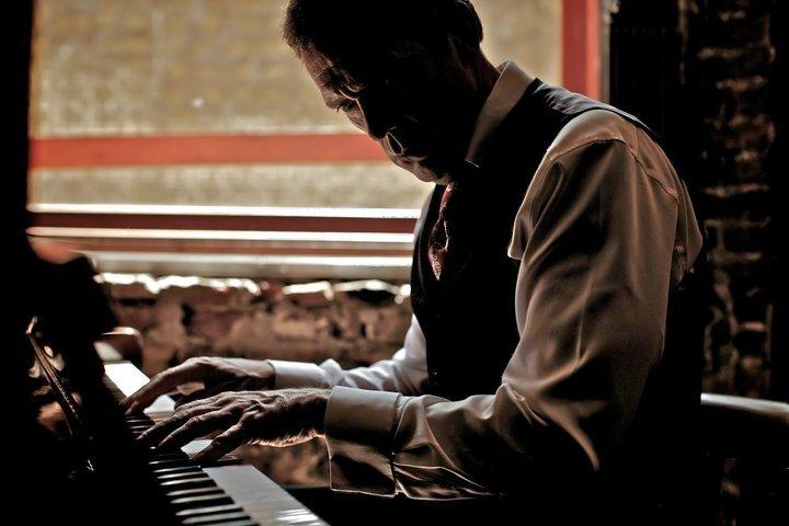 Хью Лори променял актерскую карьеру на музыкальную