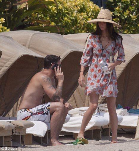 Меган Фокс с мужем отмечают свадьбу на пляже
