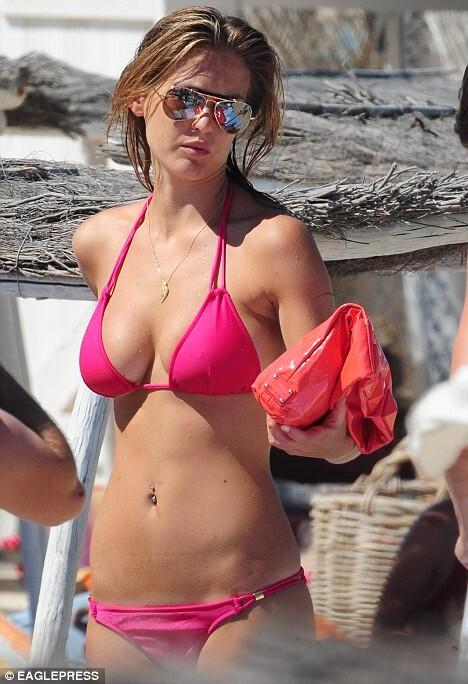 Девушка Леонардо ДиКаприо покорила пляж Сан-Тропе
