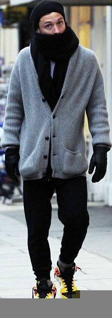 Джуд Лоу замерзает в Лондоне